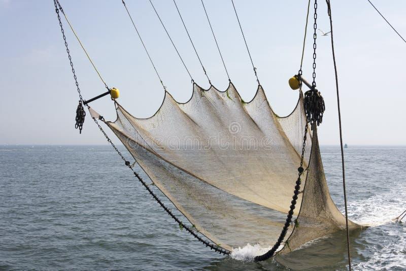 Sikt på ett fisknät som används för att fiska räkor på det wadden havet, Texel, Nederländerna arkivbilder