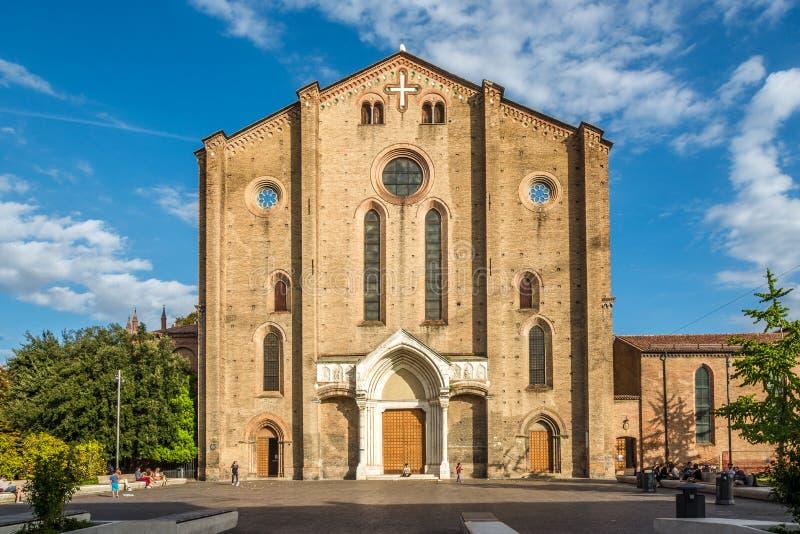 Sikt på fasaden av basilikan San Francesco i bolognaen - Italien royaltyfri bild