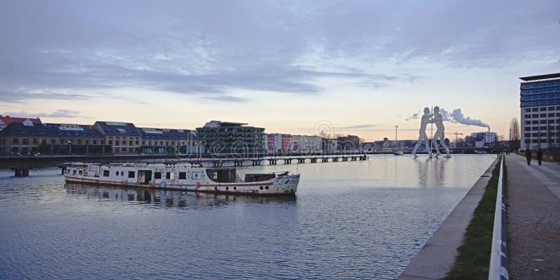 Sikt på festfloden med den övergav fartyg- och molekylmanstatyn i bakgrunden, berlin royaltyfri fotografi