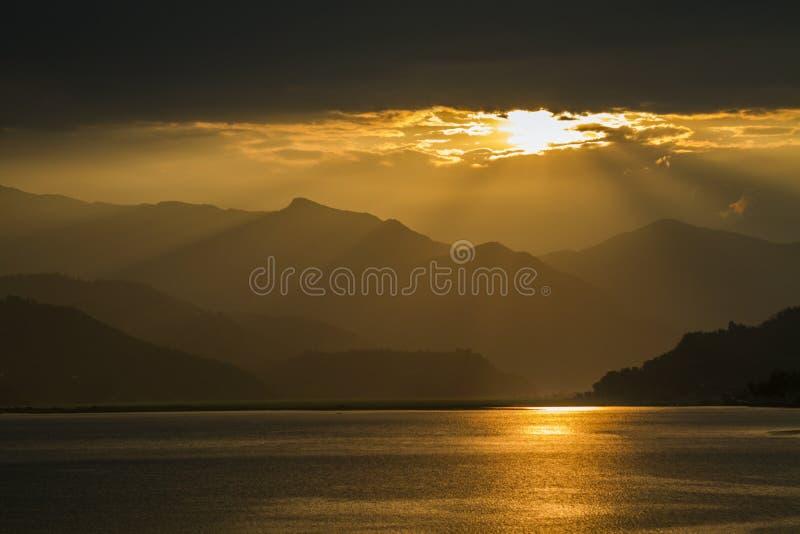 sikt på Fewa sjön och berg i Pokhara, Nepal fotografering för bildbyråer