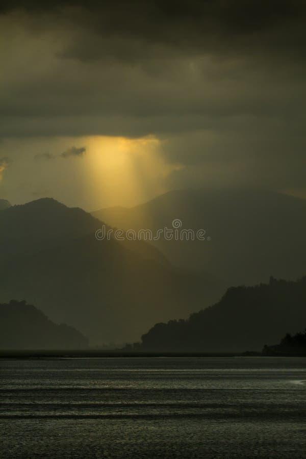sikt på Fewa sjön och berg i Pokhara, Nepal royaltyfri fotografi
