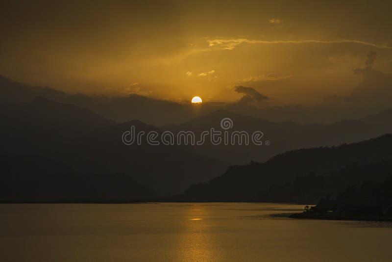 sikt på Fewa sjön och berg i Pokhara, Nepal royaltyfri bild