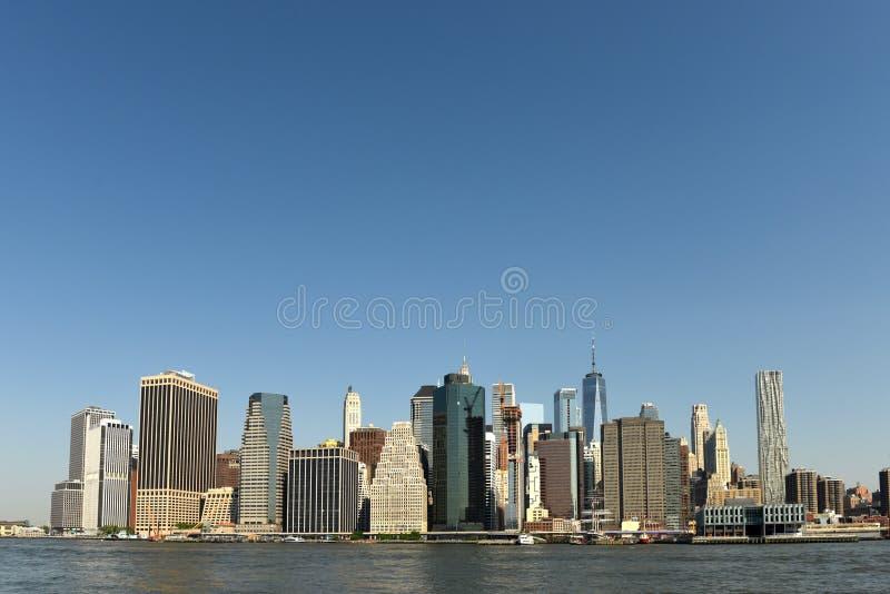 Sikt på finansiellt område i lägre Manhattan från Brooklyn Brid royaltyfria foton