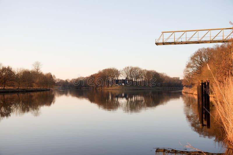 Sikt på floden och dess uppdelning i fresenburgemsland Tyskland royaltyfri bild
