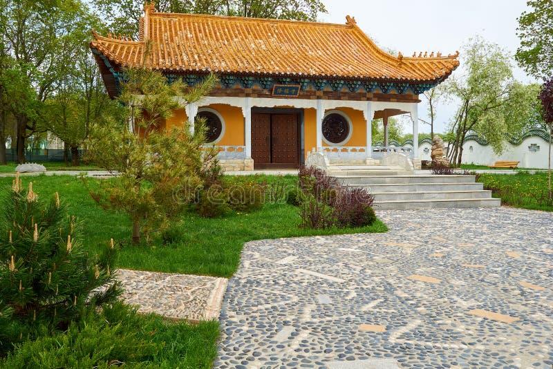 Sikt på framdel av den traditionella kinesiska buddistiska templet arkivbild