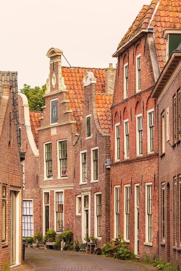 Sikt på gamla hus i den holländska staden av Blokzijl royaltyfri foto
