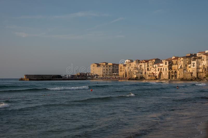 Sikt på habour och gamla hus i Cefalu på solnedgången, Sicilien royaltyfria foton