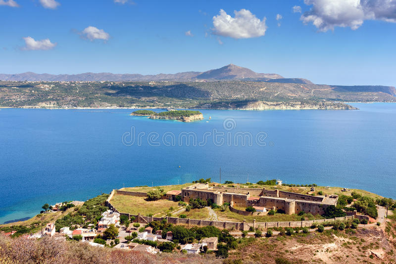 Sikt på havsfjärden och gammal Venetian fästning i Aptera på Kretaön, Grekland royaltyfria bilder