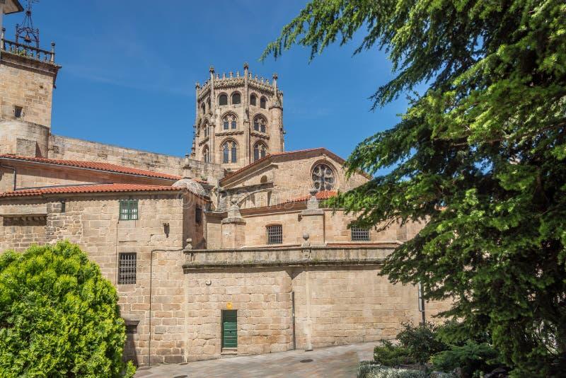 Sikt på helgonet Martin Cathedral av Ourense i Spanien royaltyfria bilder