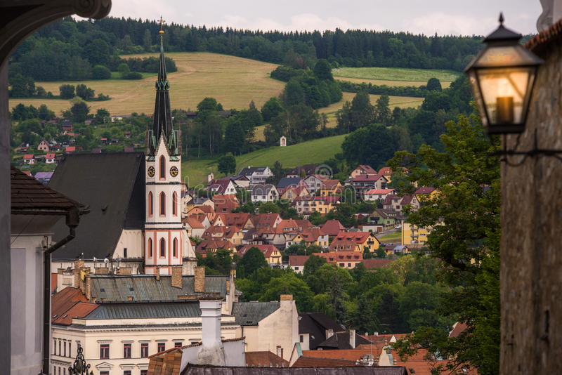 Sikt på historisk mitt av Cesky Krumlov Europa arkivfoton