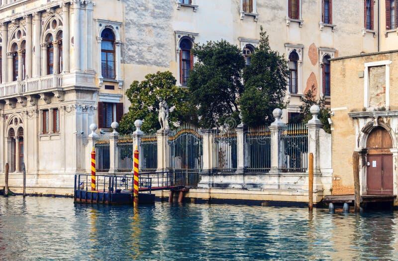 Sikt på historiska byggnaderna längs Grand Canal royaltyfria bilder