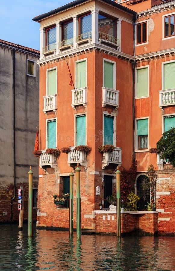 Sikt på historiska byggnaderna längs Grand Canal arkivfoton