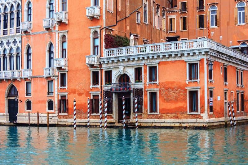 Sikt på historiska byggnaderna längs Grand Canal arkivbild