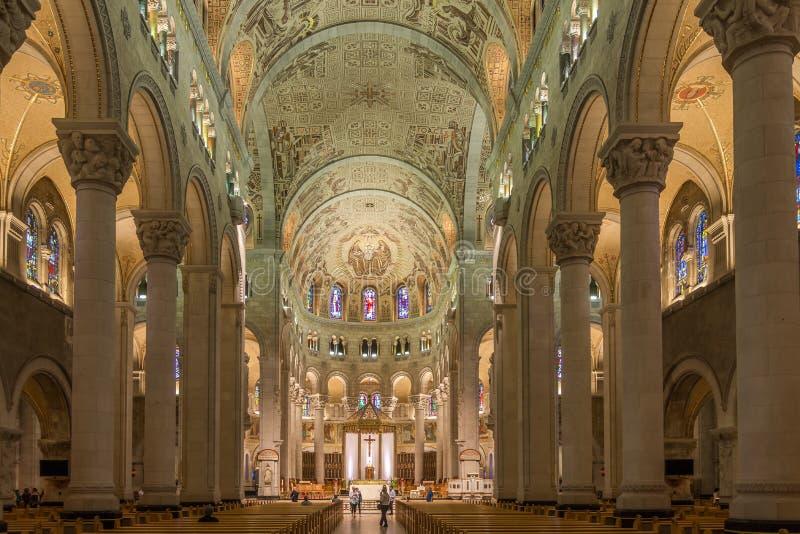 Sikt på inre av basilikan Sainte Anne de Beaupre i Kanada royaltyfri fotografi