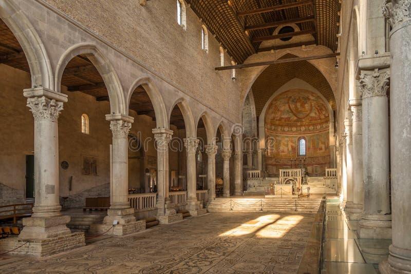 Sikt på inre i basilika av Santa Maria Assunta i Aquileia - Italien royaltyfri fotografi