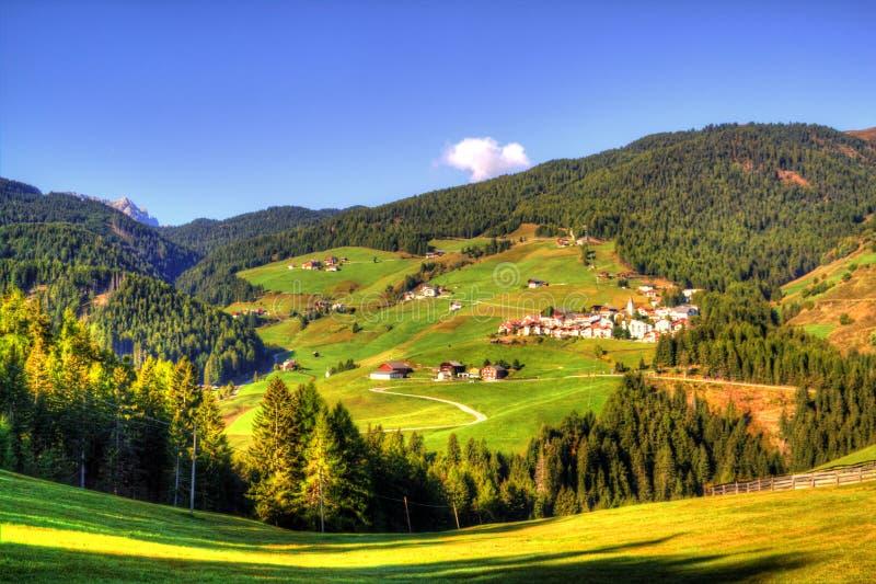 Sikt på italienska Dolomites, fjällängar arkivbild