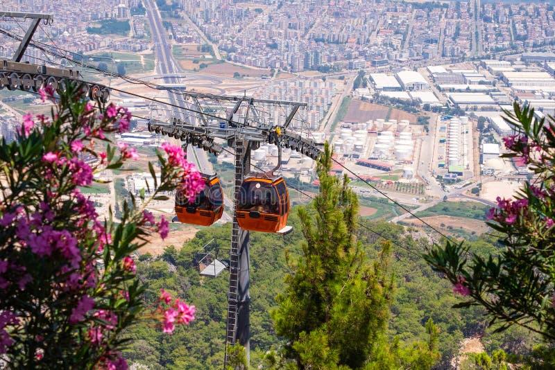 Sikt på kabelbilen med bilar för orange kabel och Antalya i Turkiet royaltyfri fotografi