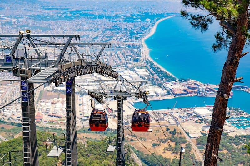 Sikt på kabelbilen med bilar för orange kabel och Antalya i Turkiet arkivfoton