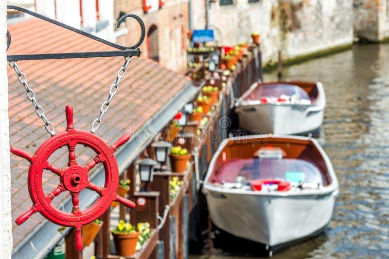 Sikt på kanalen i Brugge, Belgien arkivfoton