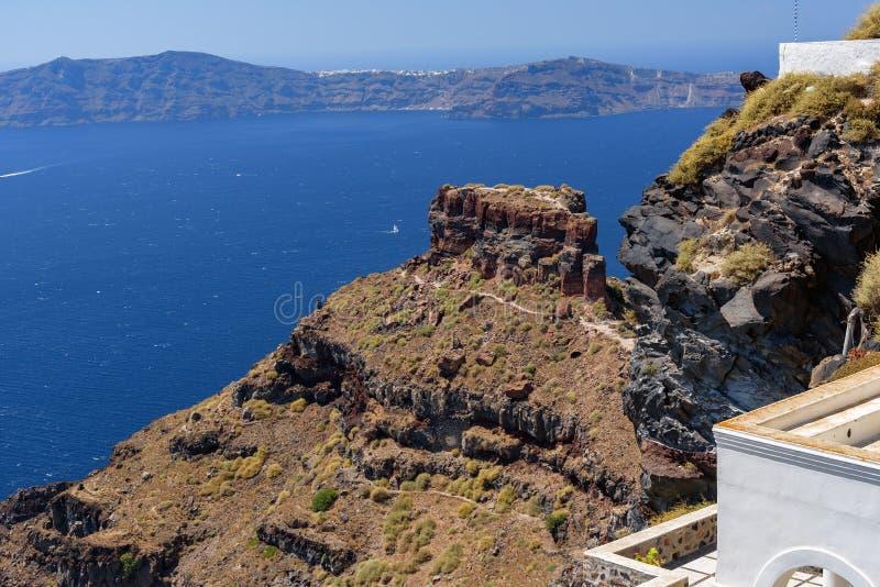 Sikt på klippan Scaros och caldera av den Santorini ön, Grekland royaltyfri foto