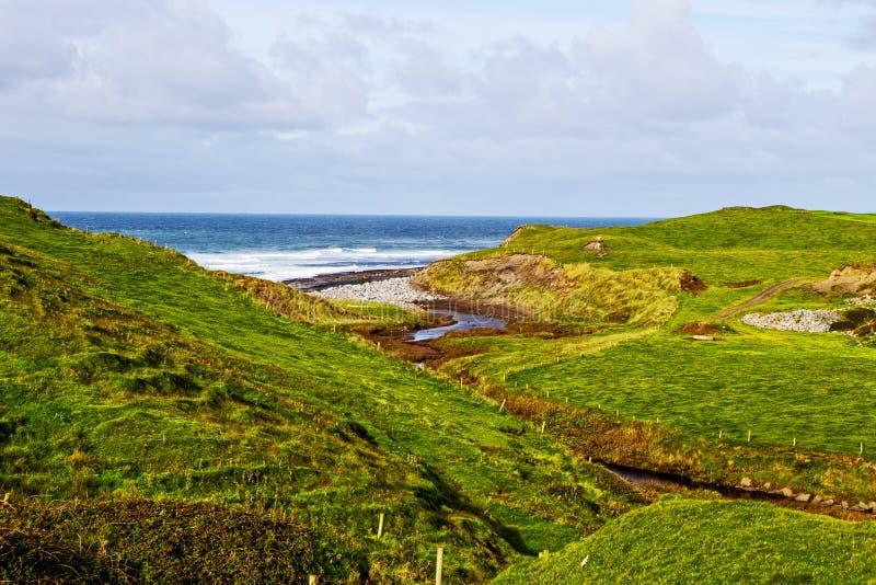 Sikt på klippor av Moher från Doolin, Irland royaltyfri foto