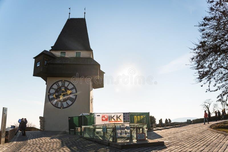 Sikt på klockatornet i Graz på en blå himmel i vinter royaltyfri fotografi