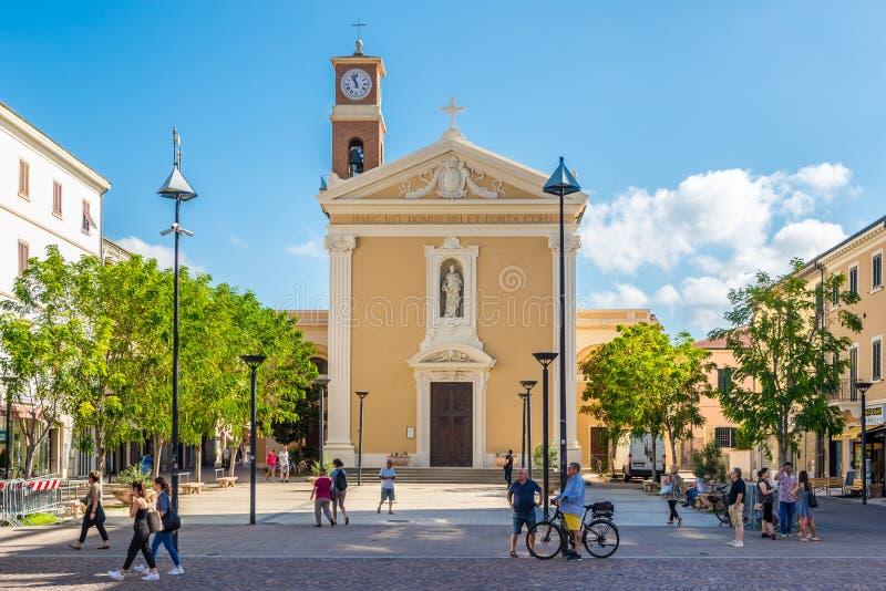 Sikt på kyrkan av helgon Giuseppe och Leopold i Cecina - Italien royaltyfria foton