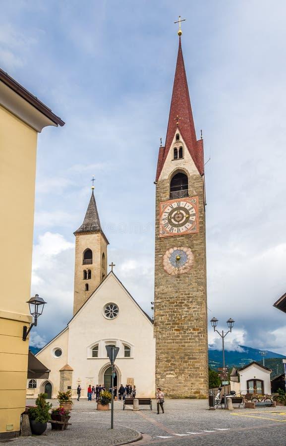 Sikt på kyrkan av helgonet Laurentius i San Lorenzo di Sebato i Italien royaltyfria bilder