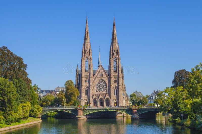 Sikt på kyrkan av Saint Paul med floden dåligt i Strasbourg, Frankrike arkivfoto