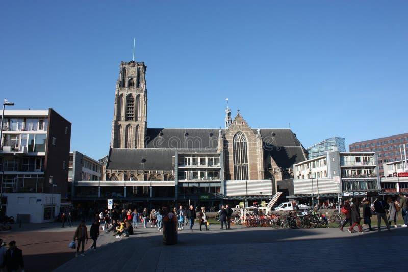 Sikt på kyrkan av San Lorenzo i Rotterdam, den holländska storstads- staden på en härlig vårdag royaltyfri fotografi