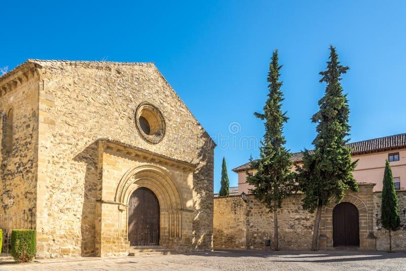 Sikt på kyrkan av Santa Cruz i Baeza, Spanien royaltyfria bilder