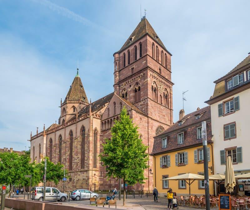 Sikt på kyrkan av St Thomas i Strasbourg - Frankrike arkivfoton