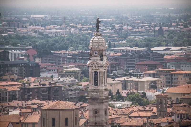 Sikt på kyrkligt torn i Bergamo, Italien royaltyfri bild