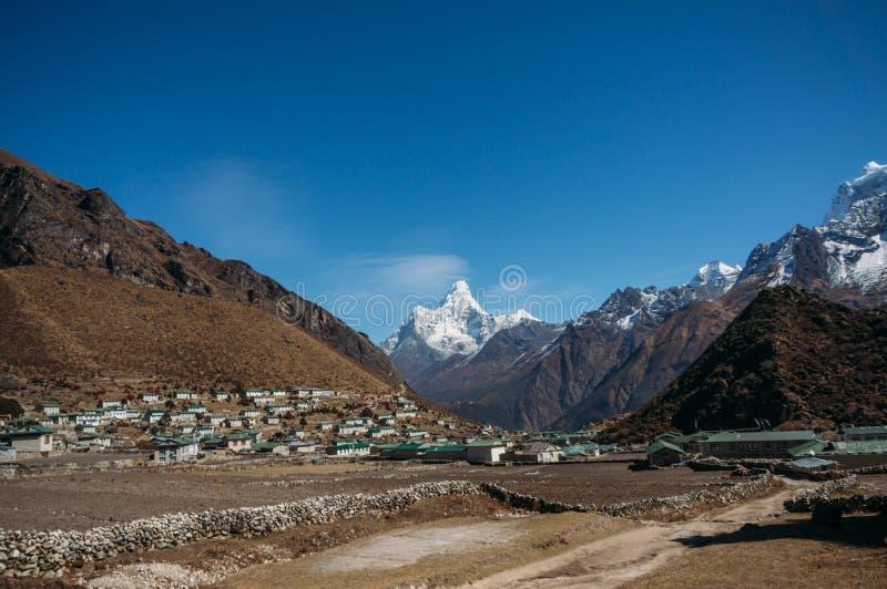 sikt på lägre Pangboche by och Ama Dablam berg, Nepal, Khumbu, royaltyfria bilder