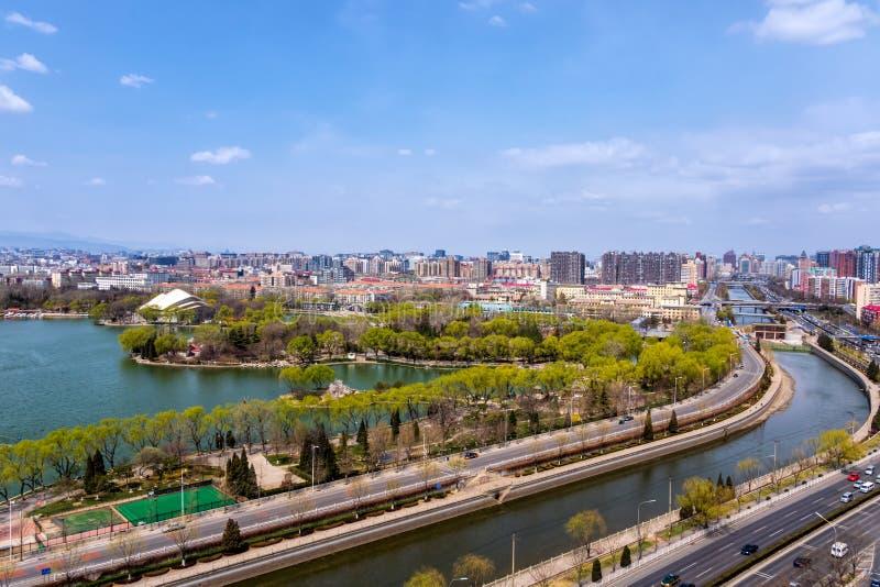 Sikt på Langton sjön och att parkera områdesdelen av Tiejiangying det bostads- området royaltyfri foto