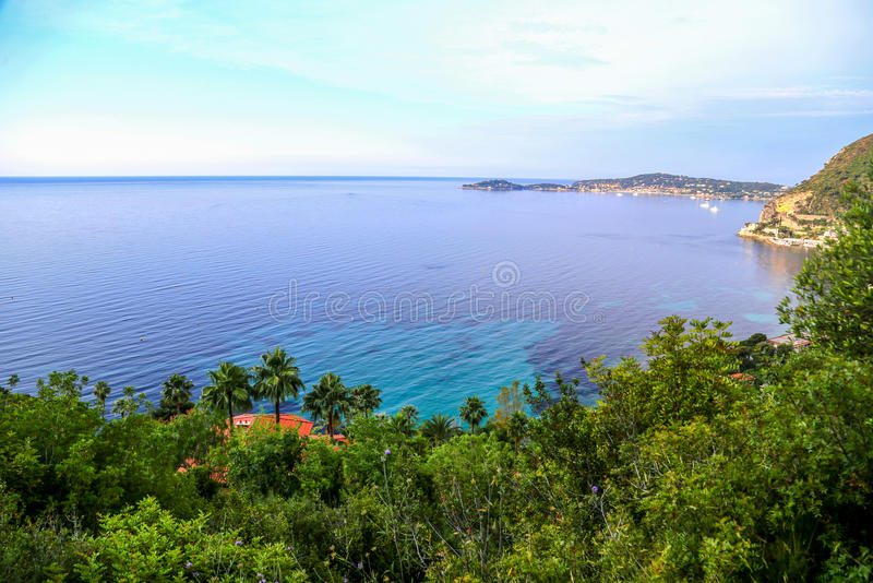 Sikt på medelhavet på den franska Rivieraen royaltyfri foto