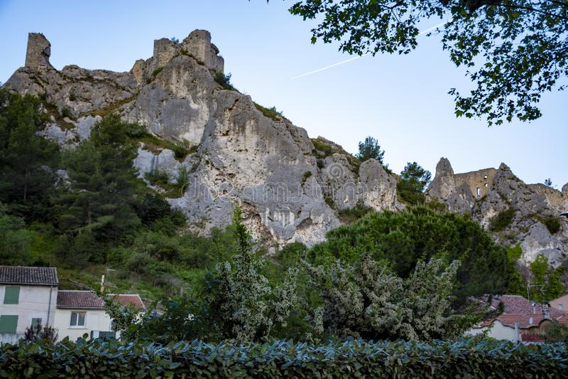 Sikt på medeltida hus och slottruines i Provence, söder av Frankrike, semester och turist- destination arkivbilder