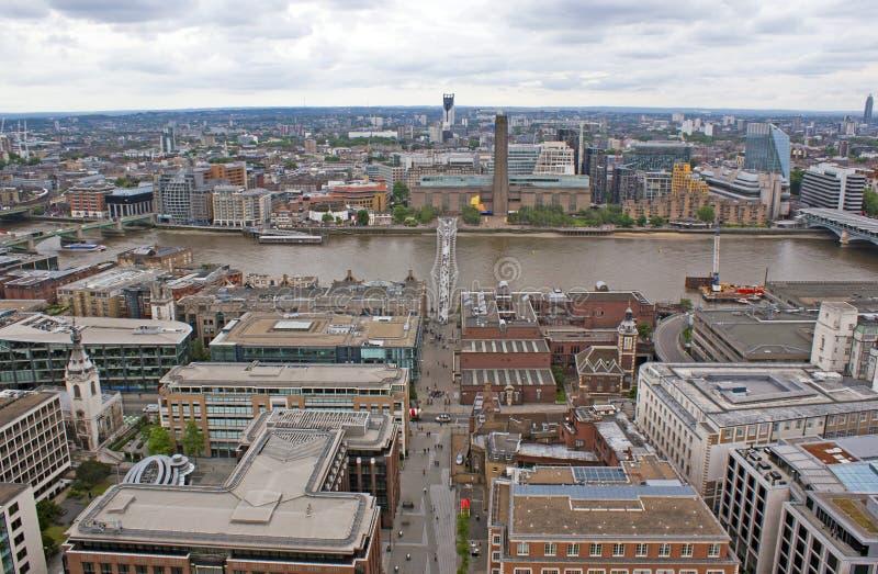 Sikt på milleniumbron, London arkivbilder