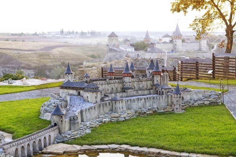 Sikt på miniatyrmodellen av den gamla medeltida Kamianets-Podilskyi slotten arkivbild