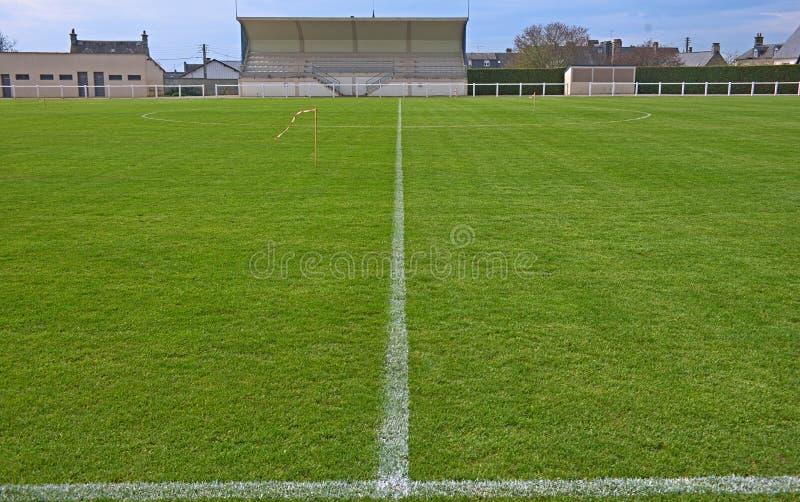 Sikt på mitt av ett tomt fotbollfält arkivbilder