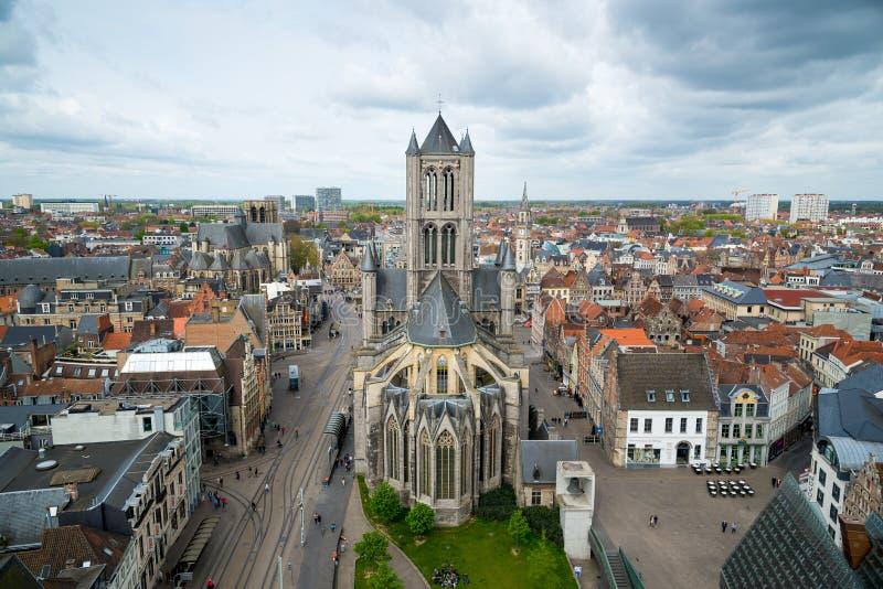 Sikt på mitten av Ghent med helgonet Nicholas Church i Belgien royaltyfria bilder