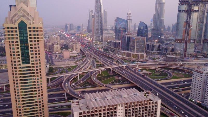 Sikt på moderna skyskrapor och upptagen aftonhuvudvägdag i lyxigt centrum av den Dubai staden Bästa flyg- sikt från torn arkivbilder