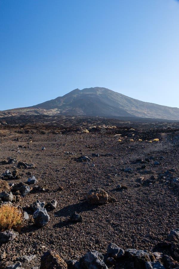 Sikt på monteringen Teide över de vulkaniska lavafälten fotografering för bildbyråer
