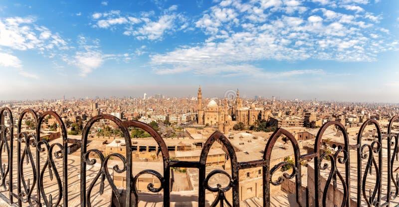 Sikt på moskén-Madrassa av Sultan Hassan till och med det falska staketet av citadellen av Kairo royaltyfri foto