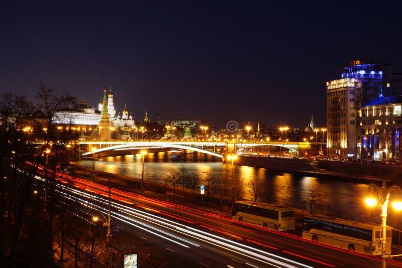 Sikt på MoskvaKreml från den patriark- bron arkivbild