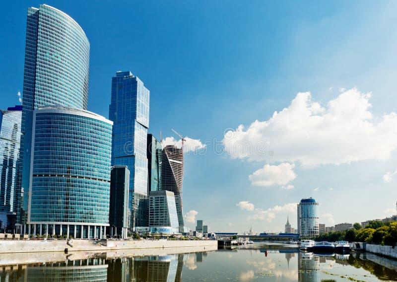 Sikt på Moskvastadsbyggnader fotografering för bildbyråer