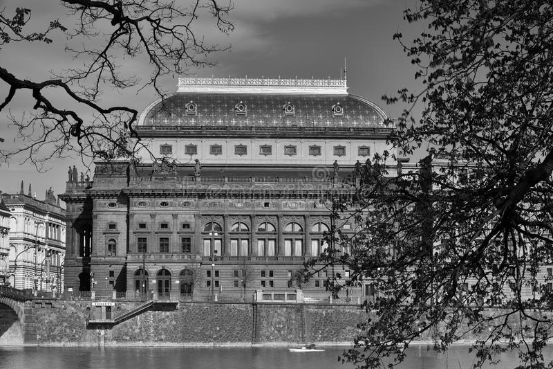 Sikt på nationell teater över den Vltava floden royaltyfria foton