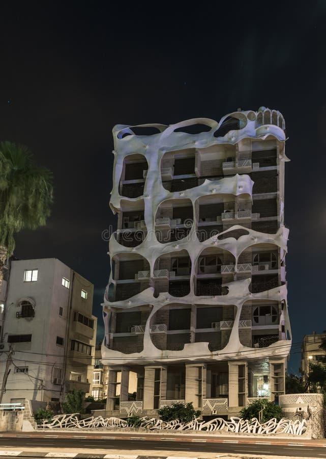 Sikt på natten på den dekorativt dekorerade fasaden av huset - galet hus - på invallningen i det gamla området av Tel Aviv arkivfoto