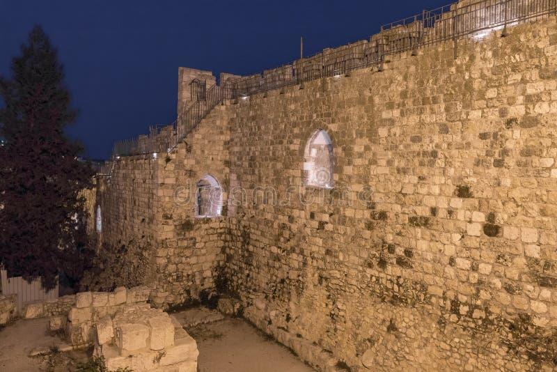 Sikt på natten på väggarna av den gamla staden av Jerusalem nära den Jaffa porten arkivfoton