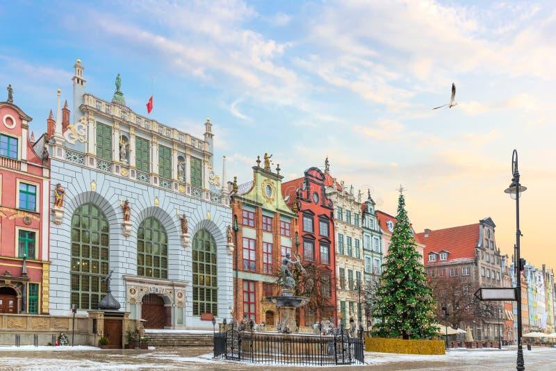 Sikt på Neptun springbrunn och den Artus Court fasaden i den långa marknaden, Gdansk, Polen, inga personer arkivbild